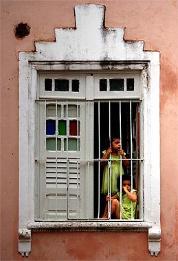 サルバドールで窓から外を眺める子供