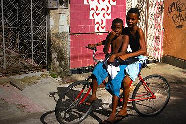 サルバドールで自転車で遊ぶ黒人兄弟の画像