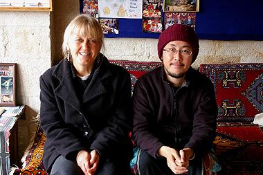 洞窟ホテルで1日中話をしたローレインさんとオスダルの写真