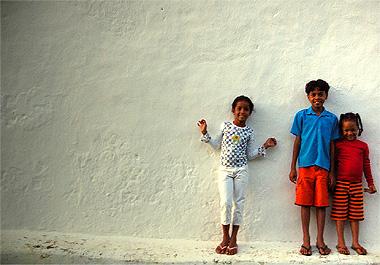 壁際でポーズをきめてくれたトランコーゾの子供達3人組。みんな素直でカワイイ!
