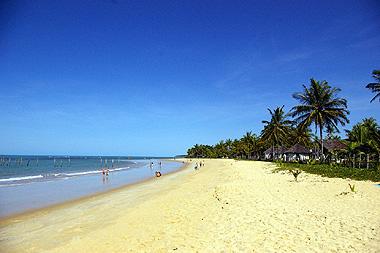 トランコーゾのビーチの画像。裸の女性も寝そべっていた。但し、オバハンである。
