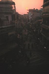 ベトナムの夕焼の写真です。実は古びたホテルの窓ガラスを透かして撮影したので、こんな色になりました。