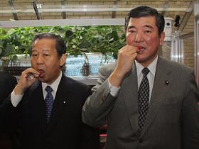 イチゴを試食する二階、石破両大臣
