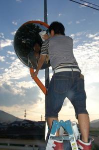 作州津山商工会青年部久米支部ボランティア活動(カーブミラー清掃)