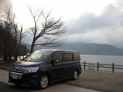 中禅寺湖と車
