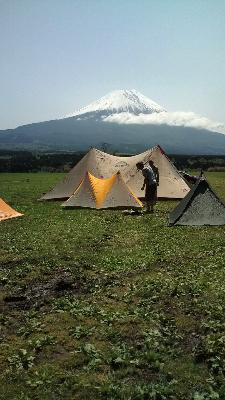 フォーエックス富士山をバックに2