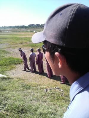 1人立ちした1年生とそれを見守る長濱教官