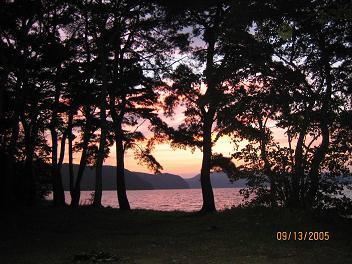 静かな湖畔の森の夕焼け