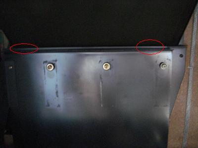 台座の隙間