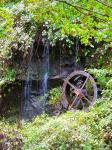 細い滝と車輪