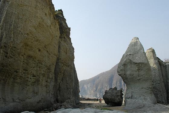 仏が浦(人の大きさと岩の大きさを比べてみてね)