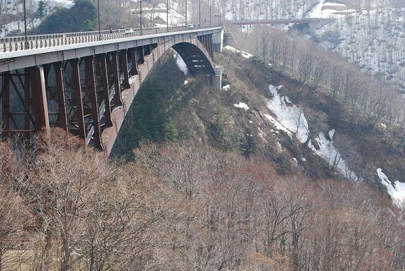 橋のたもとから撮った写真。コワっ!