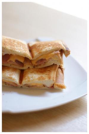 チーズとベーコンのホットサンド
