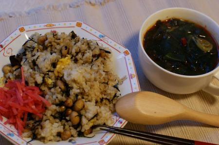 ひじきチャーハンとピリカラわかめスープ