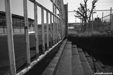 錆びれた鉄門-mono