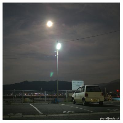 月夜の駐車場