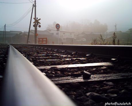 朝もやと線路