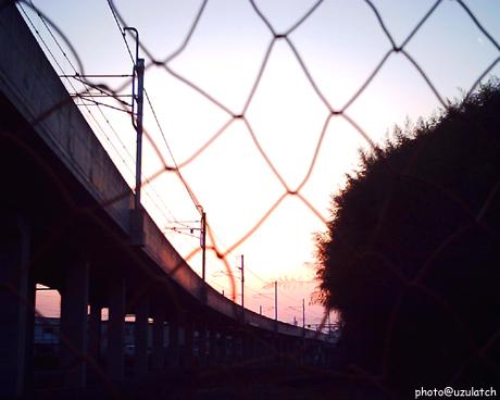 フェンス越しの夕景