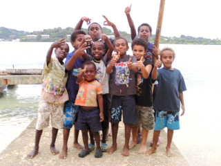 埠頭で子供たちの記念写真