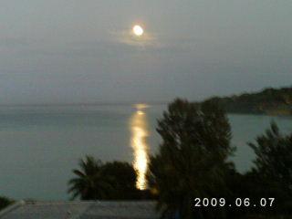 ビラの海の月