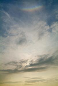 雲に隠れた太陽と天頂環