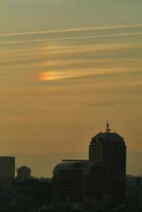 市役所上空の右幻日