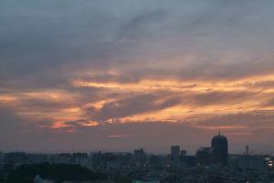 夕暮れの光芒下の堺市街