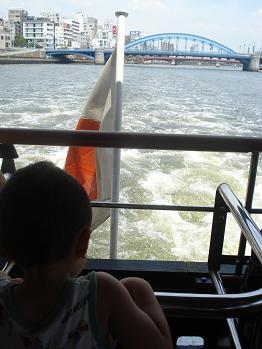 水上バスで移動