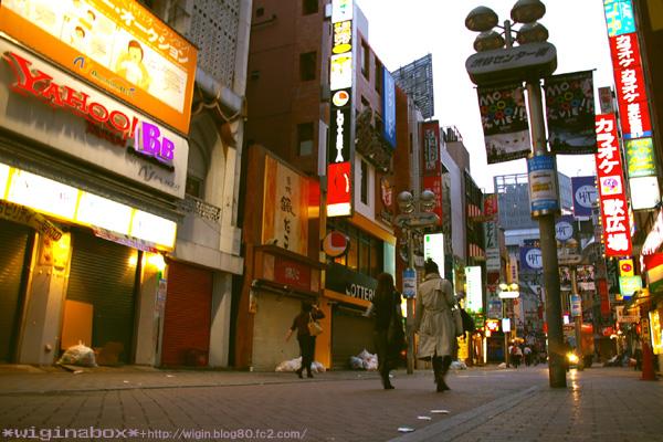 明け方のセンター街☆ パチパチしてたら知らない人に 「街中とか撮ってるんですか? 良いですね☆」 と声をかけられました。ちょっとウレシかった (^^)
