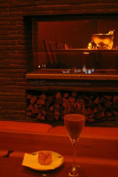 暖炉があって暖かい雰囲気☆ BGMが小さめで落ち着いた店内です。