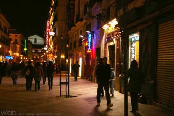 夜の街は人がいっぱい