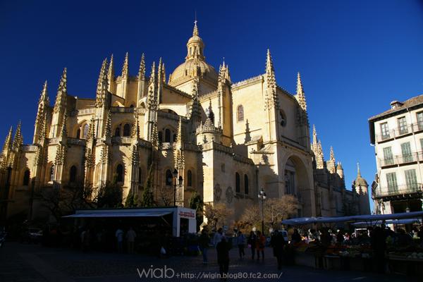 カテドラル★★ ゴシック様式の教会では、スペインでもっとも美しいといわれ、 「 貴婦人のような大聖堂 」 と呼ばれています。 確かにキレイだった。