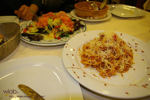 サラダとチーズ入りのパスタ♪ うまい!!