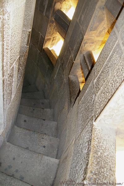 細い階段。 高所恐怖症の人とかダメかもなぁ~