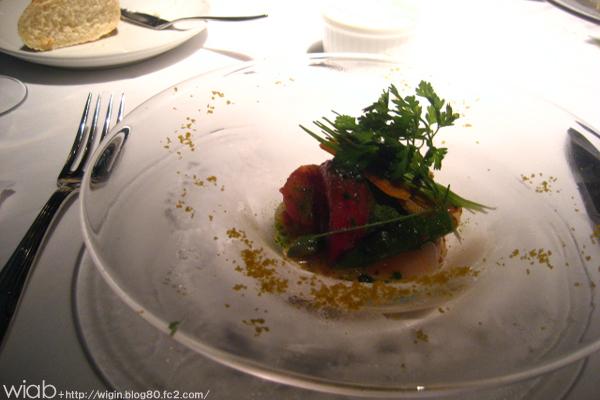 アオリイカの薄造り 緑健トマトとカラスミのマスタードソース-196℃のバジルパウダーと共に