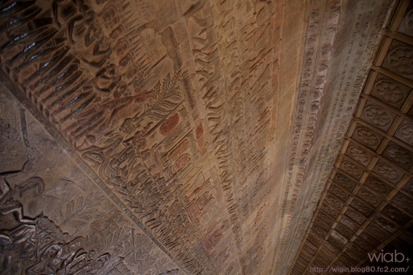 天井まで細かな壁画。