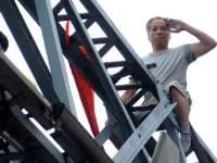 橋上で自殺宣言男に説得すると近づき突き落とす