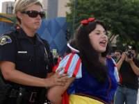 ディズニー等の有名キャラが逮捕されている写真