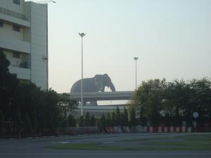 デカイ象~の像