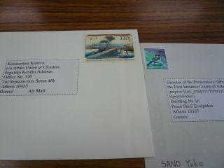 署名をし、切手を貼る