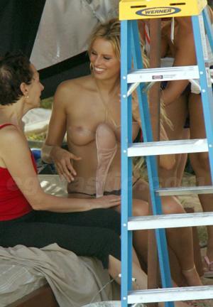 karolina_kurkova_topless_05_123_944lo.jpg