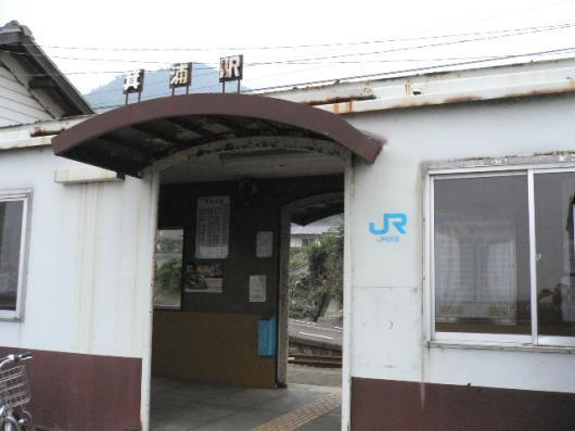 13隣りの駅舎