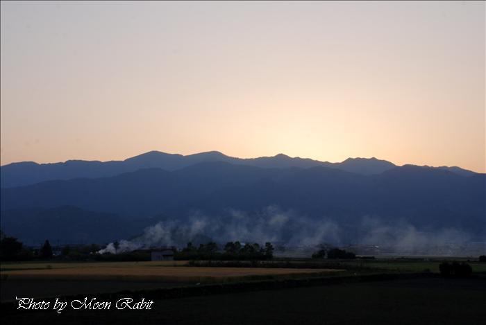 西条市の風景 丹原町長野の日暮れと畑焼き 愛媛県道149号丹原小松線より 2009年4月29日