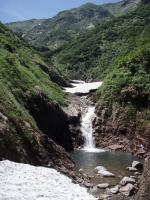 途切れる雪渓の合間から10m滝