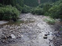 渓流沿いの道を走る