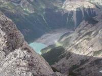 遙か下にキニー湖を見下ろす(高度差1500m)