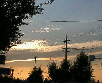 夕日が雲に隠れている・・うろこ雲が綺麗・・