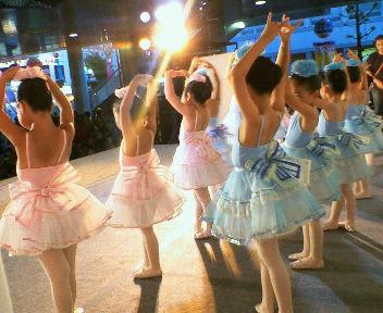増設舞台で一番小さな子供達が踊る