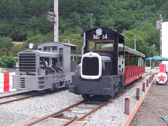 ディーゼル機関車と並んだガソリンカー