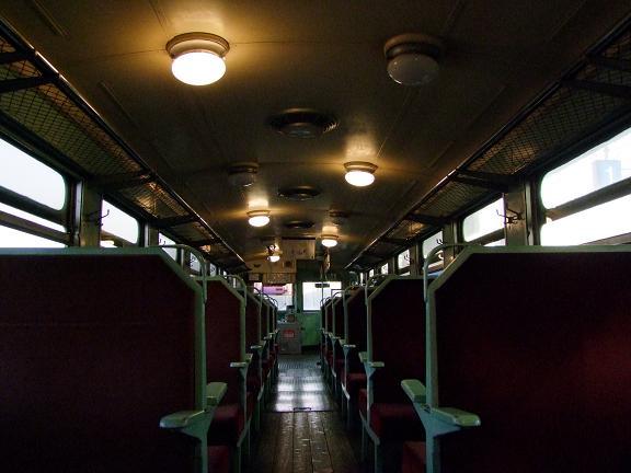キハ603の車内(室内灯点灯時)